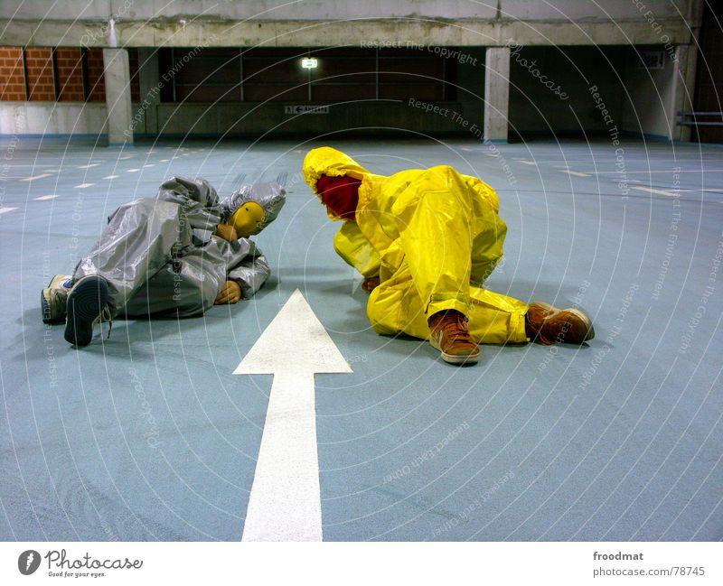 graugelb™ blau Kunst Körperhaltung liegen Maske Pfeil Anzug Surrealismus Parkhaus traumhaft Kunsthandwerk grau-gelb