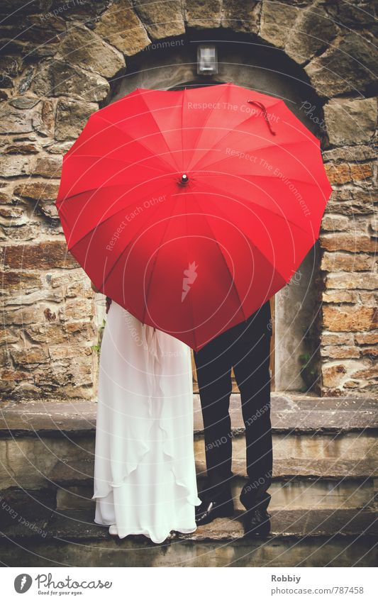Liebe steigt zu Kopf maskulin feminin Frau Erwachsene Mann Paar Partner 2 Mensch Mauer Wand Treppe Fassade Kleid Anzug Brautkleid Regenschirm stehen