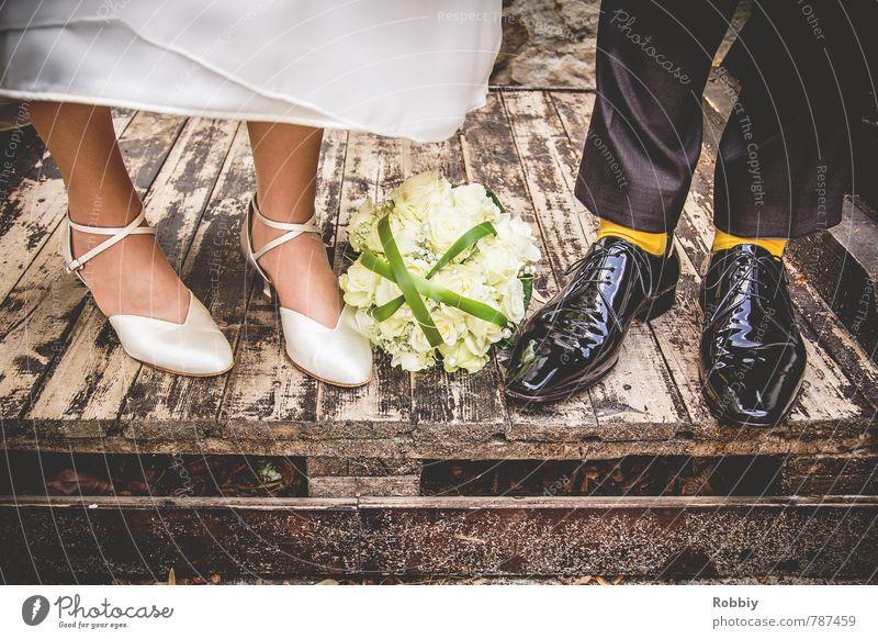 Schuhe machen Leute Frau Erwachsene Mann Paar Partner Fuß Hose Kleid Lack Brautkleid Anzug Strümpfe Lackschuhe Damenschuhe Herrenschuhe Blumenstrauß Holz stehen
