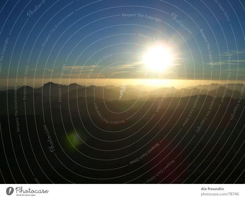 unendliche Weite Himmel blau schön Sonne Ferne gelb Landschaft Berge u. Gebirge oben Freiheit hell Beleuchtung Horizont gold hoch Treppe