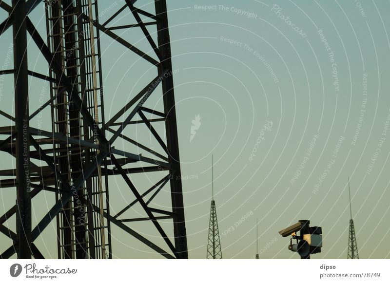 Turmwächter Himmel Gebäude Energiewirtschaft modern Elektrizität Fernsehen Schutz Fotokamera beobachten Stahl DDR Kontrolle Strommast Säule Leitung