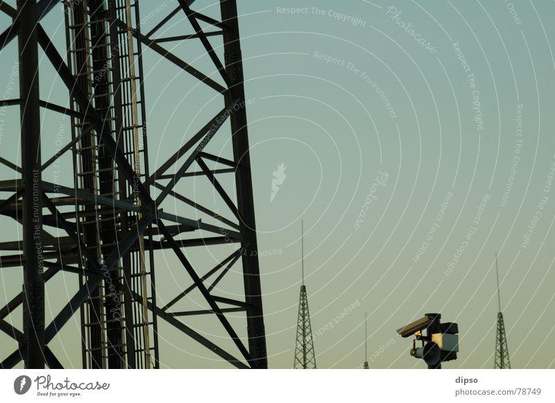 Turmwächter Himmel Gebäude Energiewirtschaft modern Elektrizität Fernsehen Turm Schutz Fotokamera beobachten Stahl DDR Kontrolle Strommast Säule Leitung