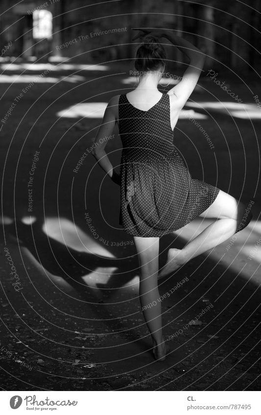 haltung ist alles elegant Tanzen Mensch feminin Junge Frau Jugendliche Erwachsene Körper 1 18-30 Jahre Ruine Gebäude Kleid Bewegung stehen ästhetisch sportlich