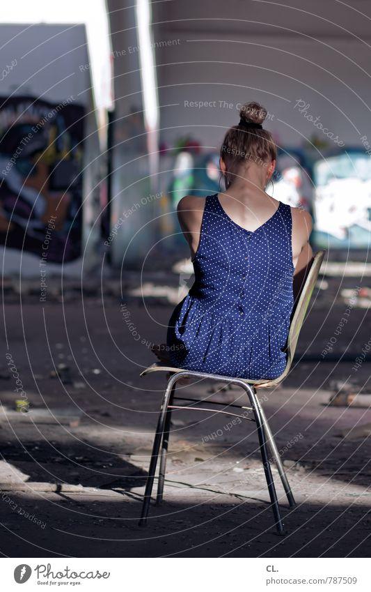 rumsitzen Mensch feminin Junge Frau Jugendliche Erwachsene Leben 1 18-30 Jahre Ruine Mauer Wand Kleid blond Traurigkeit dreckig einzigartig dünn blau Gefühle