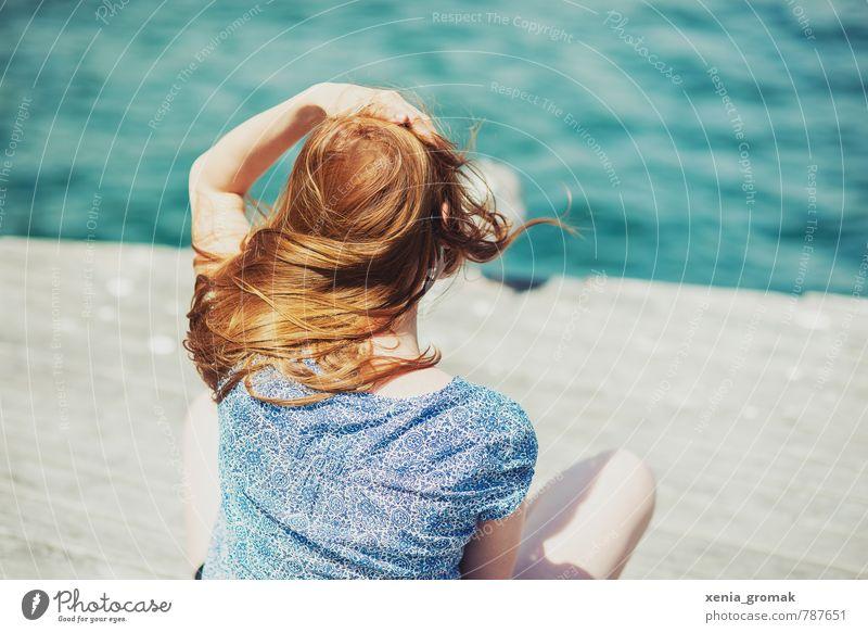 windig Mensch Ferien & Urlaub & Reisen Jugendliche Sommer Wasser Junge Frau Erholung Meer rot Ferne Strand feminin Haare & Frisuren Lifestyle Freiheit