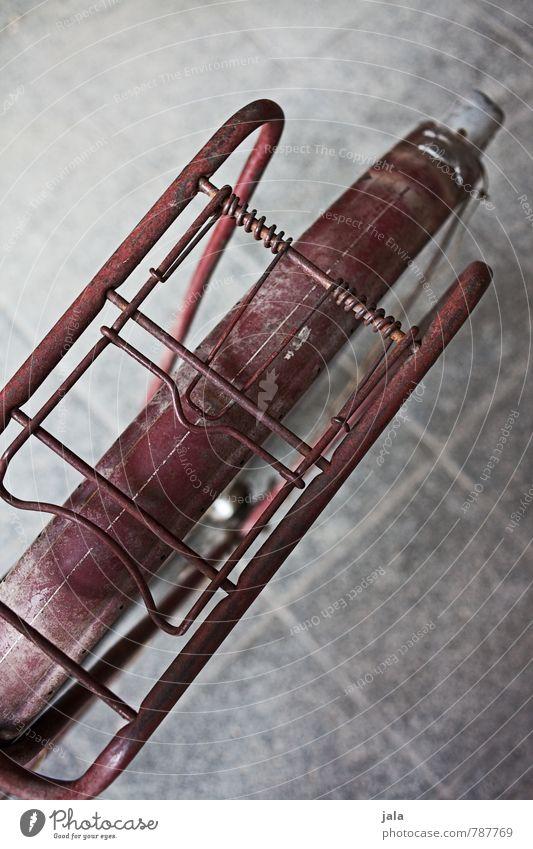 hinterteil Fahrrad Gepäckträger Schutzblech alt ästhetisch rot altehrwürdig Farbfoto Außenaufnahme Detailaufnahme Menschenleer Hintergrund neutral Tag