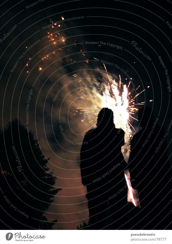 Travis - staring at the light Publikum Silvester u. Neujahr Licht dunkel Abend Feuerwerk lichterfest staunen Silhouette Funken