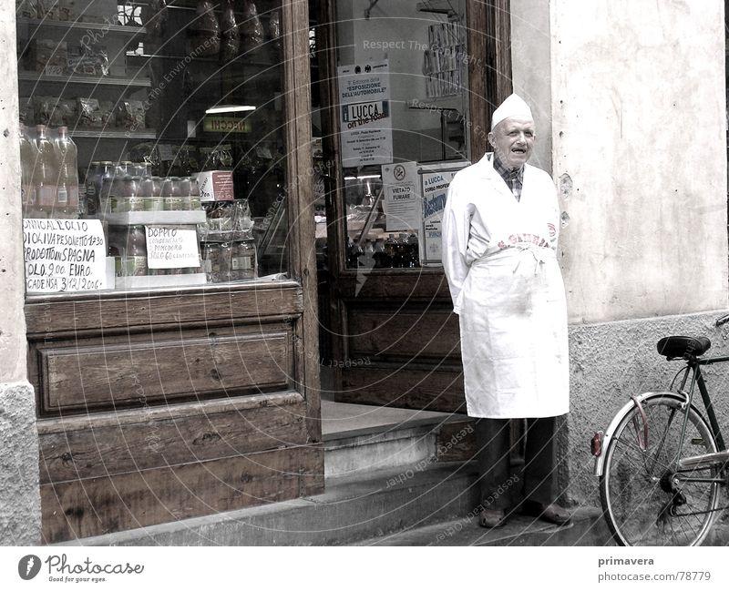 ...italienische Gelassenheit Mann alt Ferien & Urlaub & Reisen ruhig Straße Zufriedenheit Armut Europa Italien Gastronomie Ladengeschäft Gelassenheit Verkehrswege Handwerker Sepia Toskana