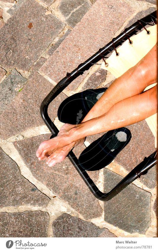 Sonnende Beine schön Haut Wellness harmonisch Wohlgefühl Zufriedenheit Erholung ruhig Freizeit & Hobby Sommer Sonnenbad feminin Frau Erwachsene Fuß Schuhe