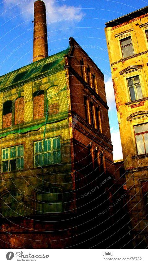 Vernetzt 2 Haus Gebäude industriell grün Wolken Fenster kaputt Mauer Verfall Stadt Leipzig Gewerbe Industriefotografie verfallen Netz alt Schornstein Himmel