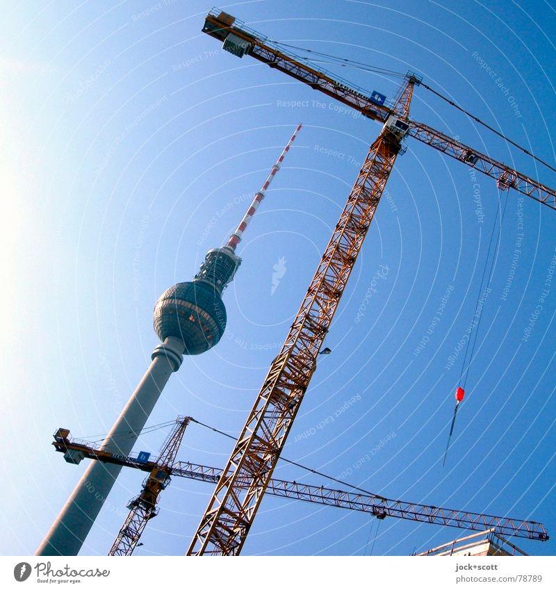 Berliner Fernsehturm und Krantypen alt blau Sommer Architektur Arbeit & Erwerbstätigkeit Wachstum hoch verrückt Beginn Spitze Baustelle Neigung Niveau Bauwerk