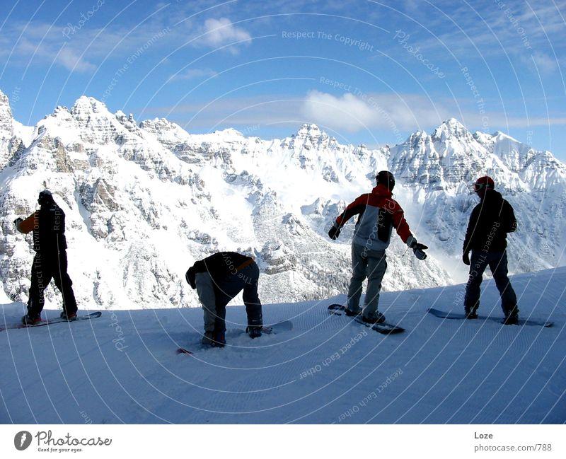 traumtag Snowboard Berge u. Gebirge Alpen Schnee mehrere Snowboarder Snowboarding Bergkette 4 Freundschaft Zusammensein Schatten Außenaufnahme Farbfoto Wolken