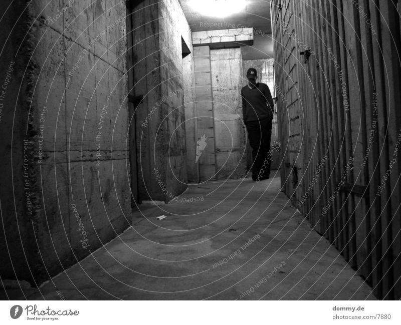 Kellergeschoss alt Holz dreckig Beton historisch