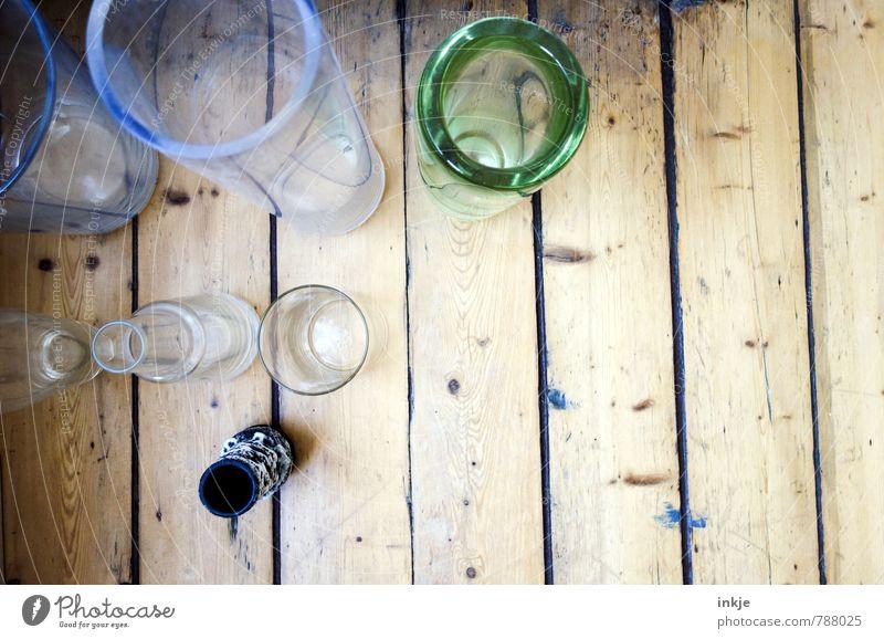 Bude Menschenleer Holzfußboden Dielenboden Flur Vase Blumenvase Flasche Glas stehen unten Häusliches Leben Farbfoto Innenaufnahme Nahaufnahme Tag Licht Kontrast