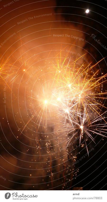 feuerwerk Lampe dunkel Party Feste & Feiern glänzend Brand Stern (Symbol) Kerze Silvester u. Neujahr Rauch Feuerwerk Strahlung Mond Flamme Wasserdampf Dunst