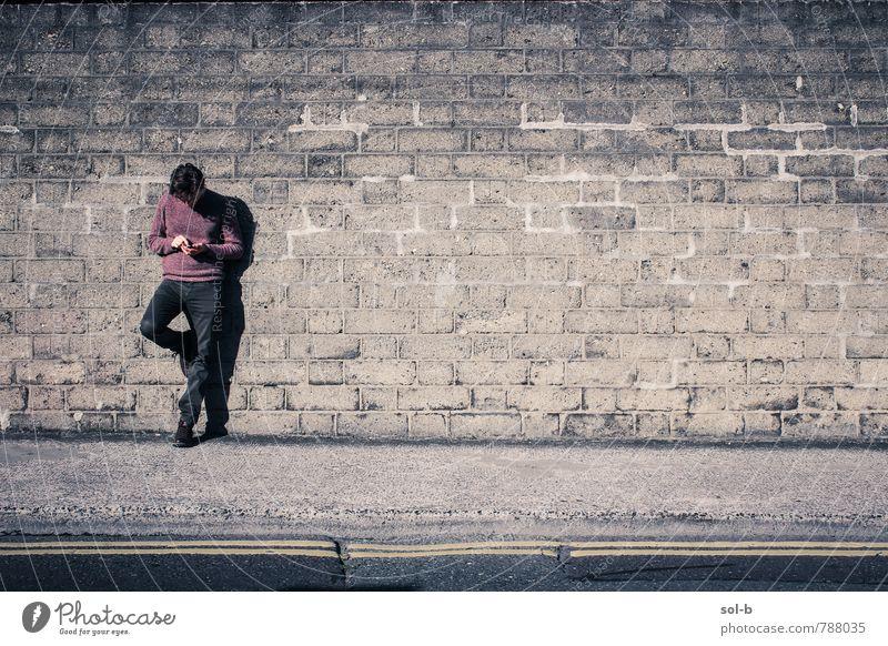 abgelenkt Lifestyle sprechen maskulin Junger Mann Jugendliche 1 Mensch 18-30 Jahre Erwachsene Mauer Wand Straße Denken stehen warten Gelassenheit geduldig