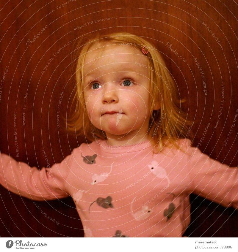 Emma tanzt Spange Haarspange blond klein Wachstum herzlich Kind Mädchen süß rosa braun Holz Spielen Kleinkind Konzentration Entwicklung Porträt niedlich schön