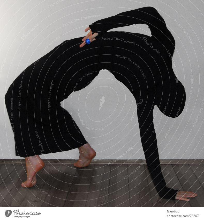 Das Phantom und die Glasperle Mensch Frau Hand schwarz Erwachsene dunkel Spielen lustig außergewöhnlich Finger trist Trauer Körperhaltung Kleid geheimnisvoll dünn