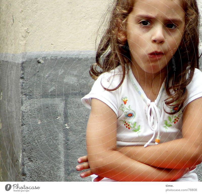 Won't ............ ! Mädchen Gesicht Auge Mund Arme T-Shirt Kind Wut Konzentration Ärger langhaarig Stirn Entschlossenheit zielstrebig verschränken zögern