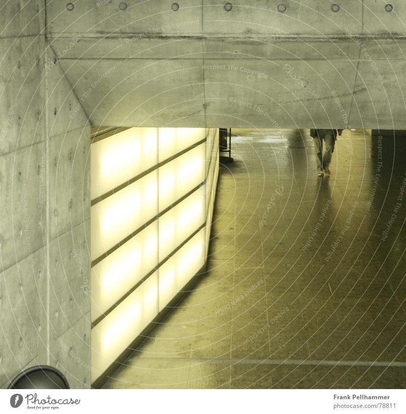 DER UNTERGANG Stadt gelb Architektur Stein Gebäude Lampe hell Beleuchtung Beton modern einfach Tunnel Station Neonlicht Gang