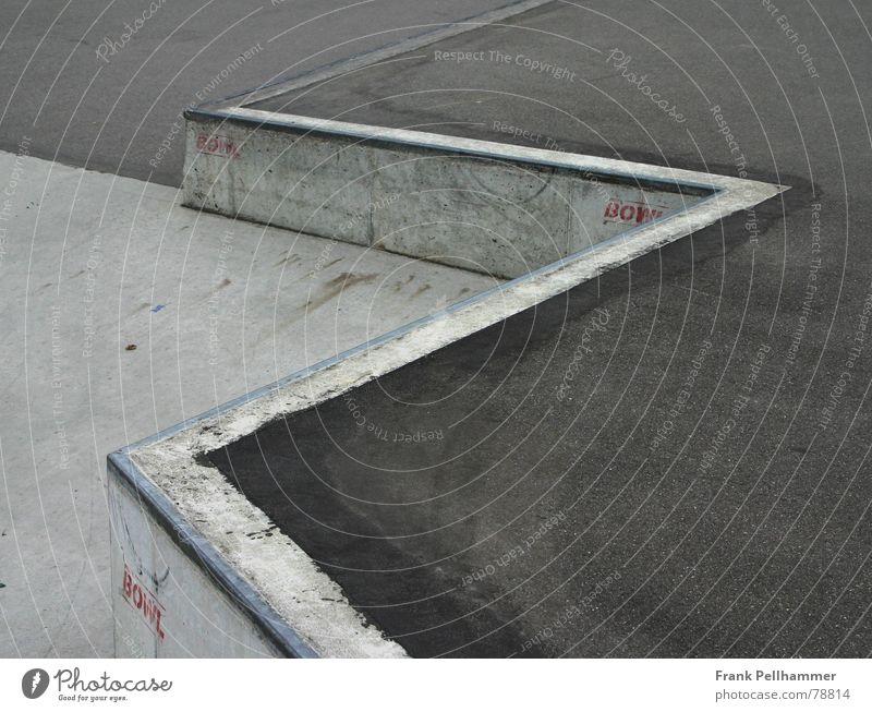 DER SKATEPARK blau Stadt rot Straße kalt Spielen grau Stil Beton trist einfach Asphalt Straßenbelag Pflastersteine bescheiden simpel