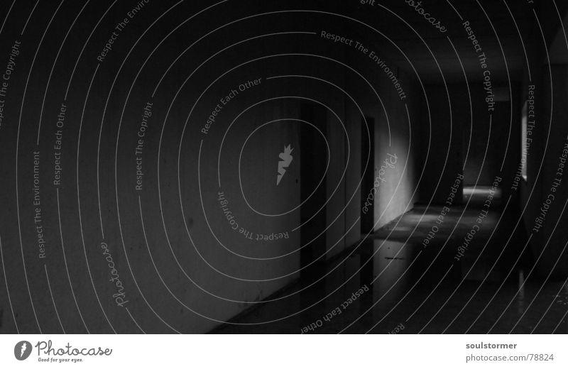 kleiner Wasserschaden ruhig schwarz dunkel Fenster hell Raum Tür Beton Europa offen Baustelle Spiegel verfallen Architekt Größe