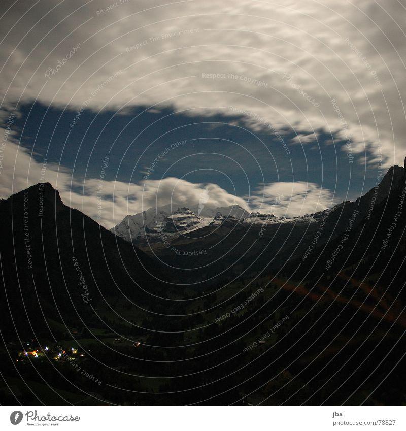 Kiental by Night Neuschnee Mondschein Schneeberg Nacht Langzeitbelichtung Ferien & Urlaub & Reisen schön abgelegen Dorf Wolken dunkel Baum Wald Umwelt Herbst