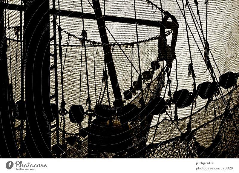 Fischkutter Kork Schlaufe Fischerboot Fischernetz Küste Seilrolle Fischereiwirtschaft Wasserfahrzeug Meer Licht dunkel maritim Liegeplatz Dock Schnur Hafen