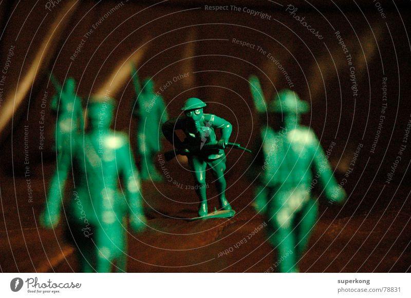 002 Soldat marschieren Wehrdienst Kriegsgott Flotte Krieger Misanthropie Unschärfe grün braun Neuling 9. Mai 1945 Ekel Moral zinnsoldaten