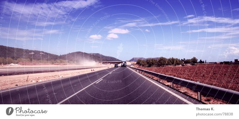 Lone Highway (oder Malle rüstet auf) Mittellinie Wolken Autobahn Baustelle Sommer Leitplanke Asphalt Hügel Horizont Staub Mallorca Himmel Route 66 Straßenbelag