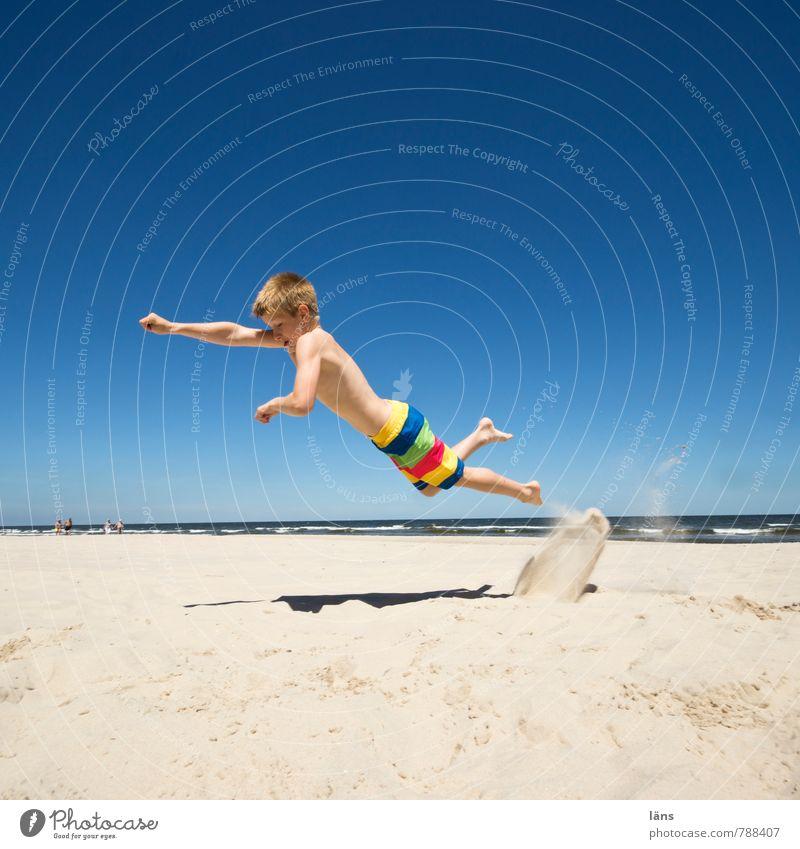 nur fliegen... Sommer Kind Junge Kindheit 1 Mensch 8-13 Jahre Sand Wasser Himmel Wolkenloser Himmel Schönes Wetter Küste Strand Ostsee Bewegung springen Erfolg