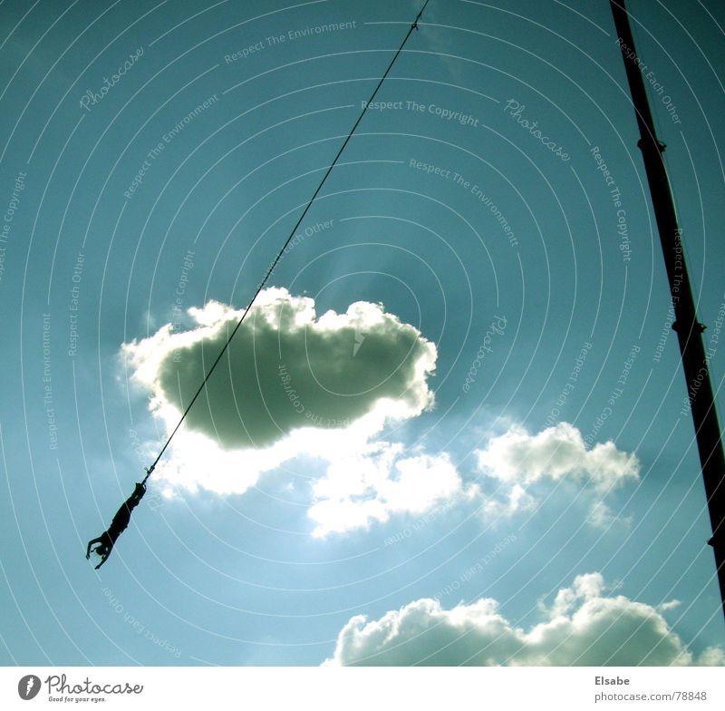 Am Seil Himmel Sonne blau Sommer Freude Wolken springen fliegen fallen Kran Nervosität Musikfestival Bungee
