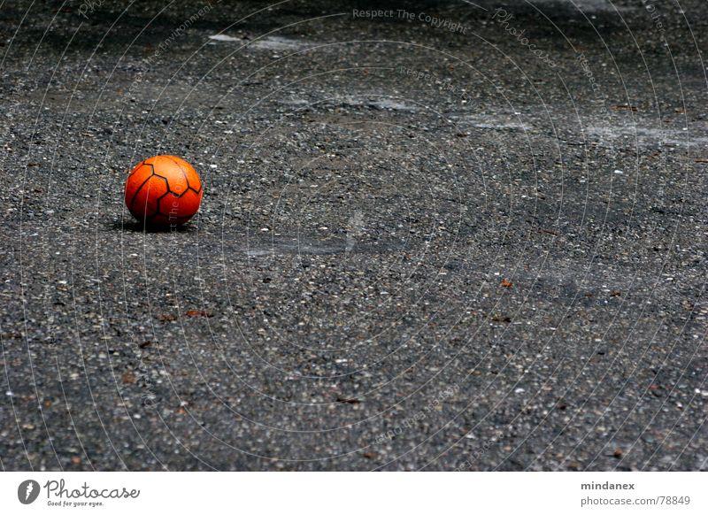 Spiel mit mir! grau rot Spielen Einsamkeit Kies Parkplatz Kieselsteine Abstellplatz Asphalt Freizeit & Hobby Sport Ball orange leer Stein Straße