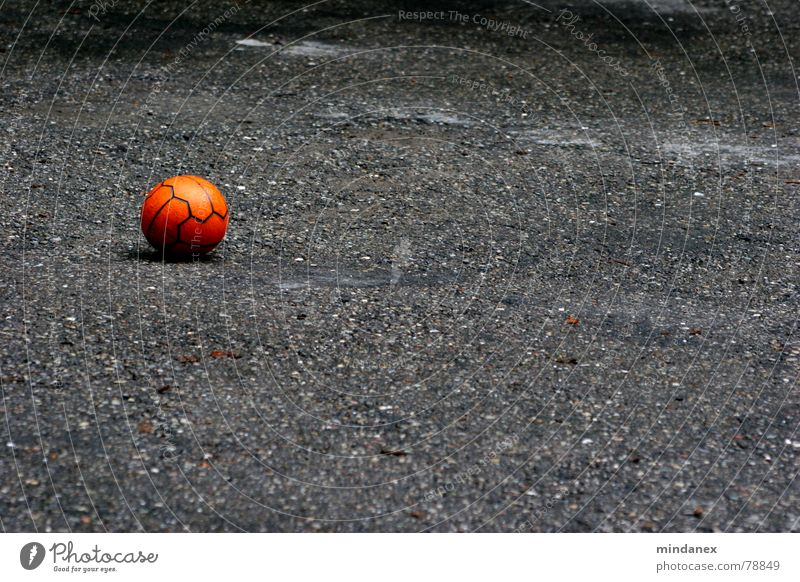 Spiel mit mir! rot Einsamkeit Straße Sport Spielen grau Stein orange Freizeit & Hobby leer Ball Asphalt Kies Parkplatz Kieselsteine Abstellplatz