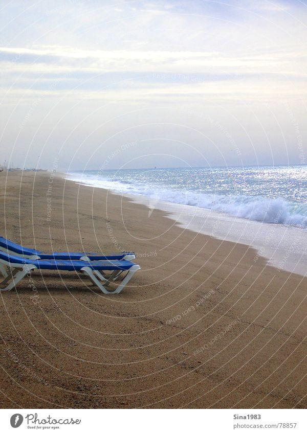 Ein Liegestuhl kommt selten allein... Strand Meer Wellen Ferien & Urlaub & Reisen Einsamkeit Sonnenuntergang Wolken Sommer Denken Spanien Barcelona Barfuß Küste