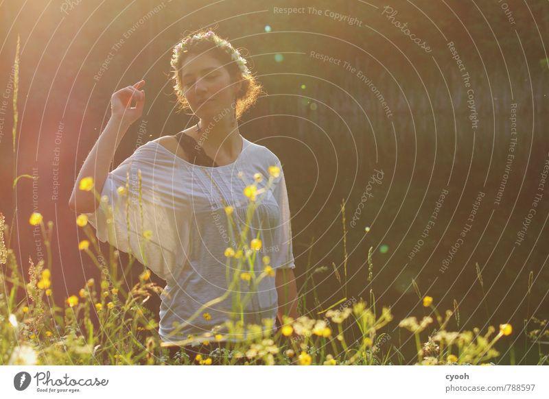 dancing in the sun Junge Frau Jugendliche 18-30 Jahre Erwachsene atmen Bewegung Blühend Duft genießen leuchten träumen elegant schön natürlich Wärme feminin