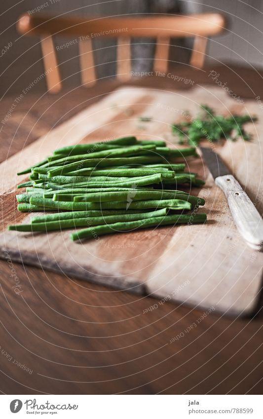bohnen Lebensmittel Gemüse Bohnen Ernährung Bioprodukte Vegetarische Ernährung Messer Schneidebrett Gesunde Ernährung Stuhl Tisch Holz frisch Gesundheit gut