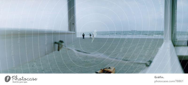 Freud und Leid Borkum Wachdienst Bad Strand Meer Wolken kalt Fenster Wasserfahrzeug Detailaufnahme Lomografie dlrg kutze Wetter Regen Mensch Wachsamkeit Insel