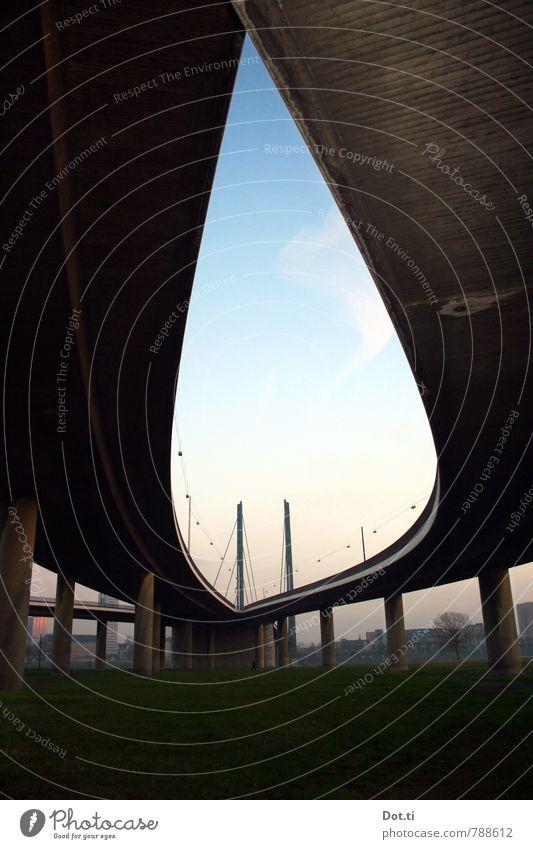 am Knie der Stadt Himmel Wiese Flussufer Brücke Bauwerk Verkehr Verkehrswege Straßenverkehr Hochstraße dunkel Rheinkniebrücke Fahrbahn unten Stützen Pylon