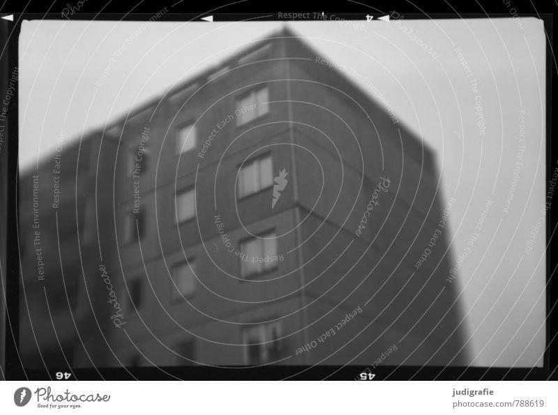 Haßleben Dorf Haus Bauwerk Gebäude Mauer Wand Fenster alt dunkel gruselig Stadt Stimmung Perspektive Vergangenheit Wandel & Veränderung Plattenbau