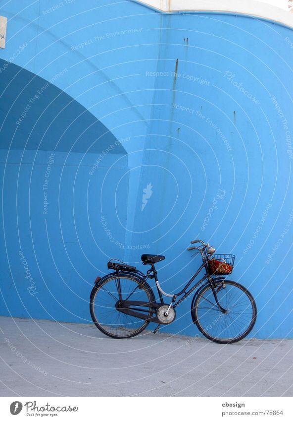 blaue pause Fahrrad Sommer Verkehr ruhig Italien Stillleben Ferien & Urlaub & Reisen Erholung frisch Pause unterwegs Farbe Verkehrswege Architektur