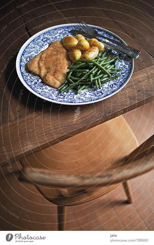 schollenfilet Lebensmittel Fisch Gemüse Kartoffeln Schollenfilet Bohnen Ernährung Mittagessen Bioprodukte Geschirr Teller Besteck Messer Gabel Häusliches Leben