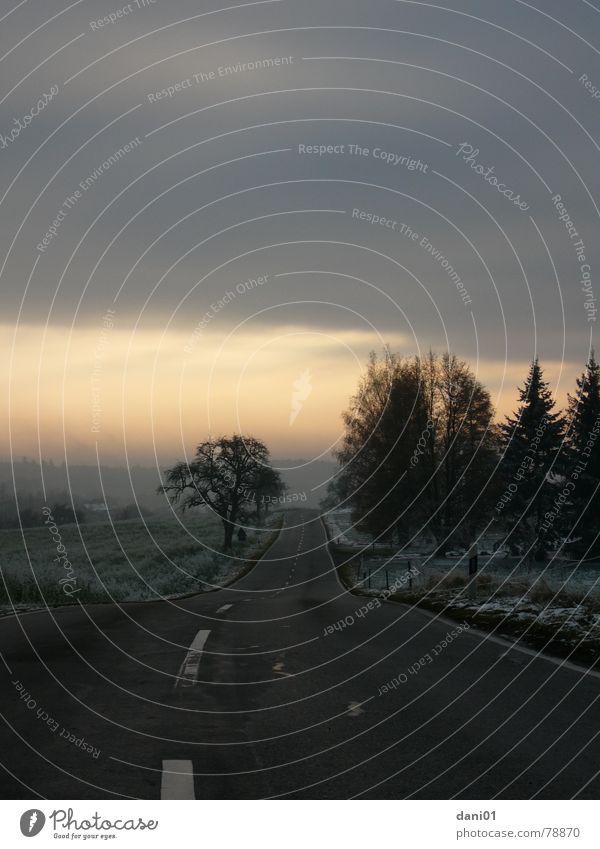 Wintertage ... Himmel Winter Wolken Straße kalt Schnee Landschaft Asphalt Gleise Abenddämmerung Raureif