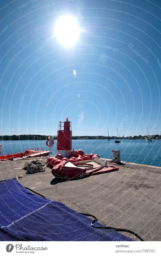 Warum fotografierst du denn das ? Himmel Wolkenloser Himmel Sommer Wärme ästhetisch Mittelmeer Hafen Porto Colom Mallorca mediterran blau rot Feuerwehr Beiboot