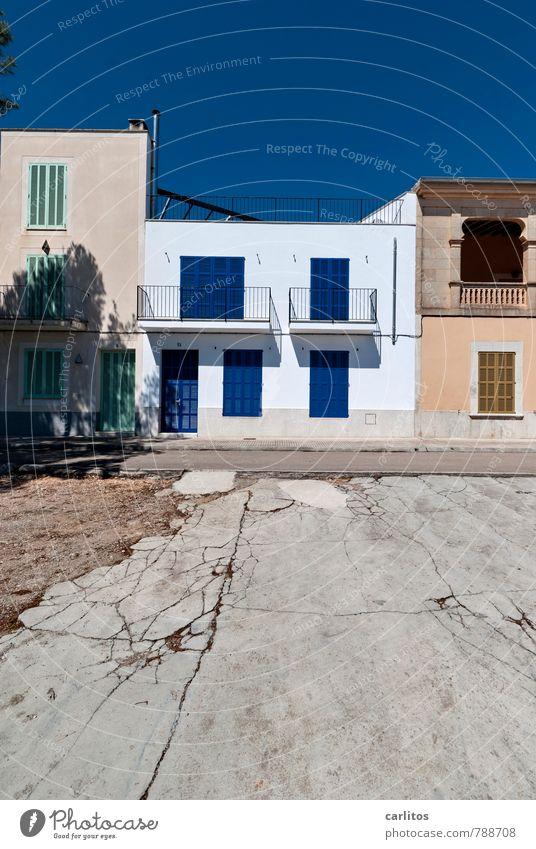 Blau machen Wolkenloser Himmel Sommer Schönes Wetter Hafenstadt Haus Bauwerk Mauer Wand Fassade Balkon ästhetisch Fensterladen Grünpflanze blau weiß Geländer