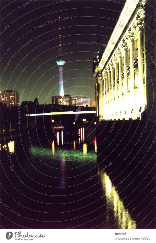 Berlin im Lichterglanz hell Museumsinsel Nacht Mitte S-Bahn Spree grün Kunst Wasserstraße Stadtzentrum Streulicht Scheinwerfer zentral Elektrizität mehrfarbig