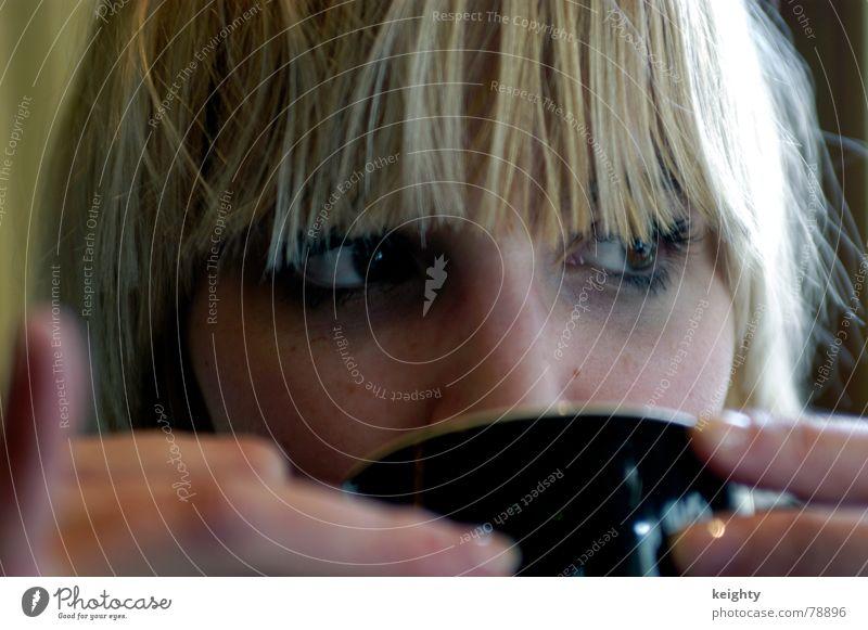 café café Café Hand blond Frau Tasse schwarz Finger Gastronomie Kaffee Pony Auge Gesicht