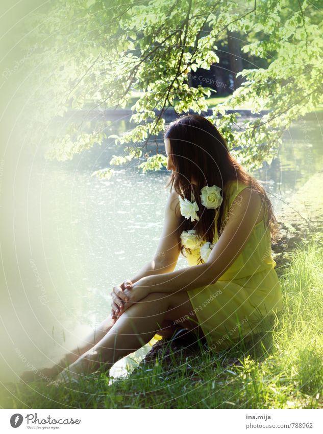 junge dunkelhaarige Frau sitzt in der Natur Mensch feminin Junge Frau Jugendliche Erwachsene 1 13-18 Jahre Kind 18-30 Jahre Umwelt Pflanze Wasser Frühling