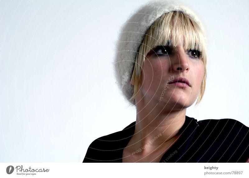 the girl Mütze blond Frau Kleid schwarz schön Haare & Frisuren Pony Auge Nase Mund