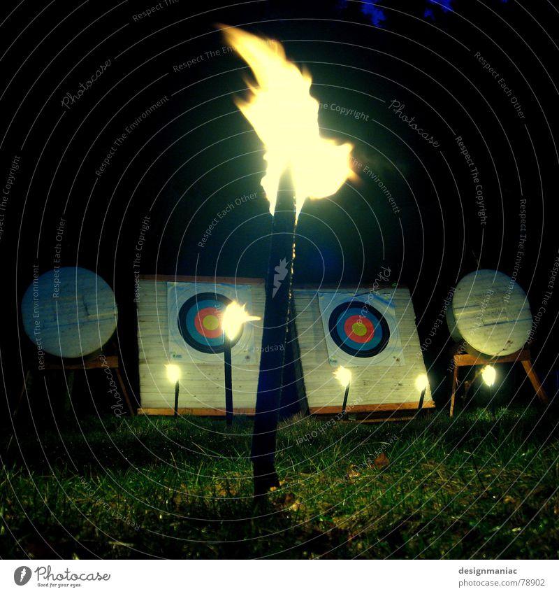 Wo ist Robin Hood? zielen Bogenschütze Farbkreis Bogensport Rivalität Schüler Sportveranstaltung Stadion rund dunkel schwarz gelb grün Nacht brennen kalt heiß